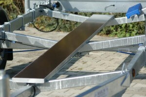 Kielbrett eingefasst im stabilen Metallrahmen. Erhältlich bei Sportboote-SH-Süd